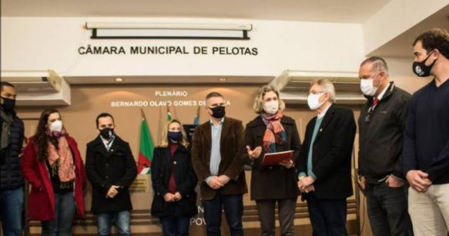 Prefeita entrega à Câmara projeto do Auxílio Emergencial Pelotense