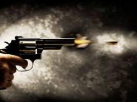 Jovem sofre atentado a tiros na porta de casa