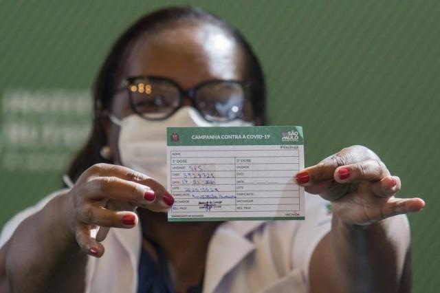 Logo após aprovação da Anvisa, governo de SP aplica em enfermeira a 1ª dose de vacina contra Covid-19 no Brasil