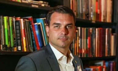 Flávio Bolsonaro diz que ex-assessor é que tem de se explicar, não ele.